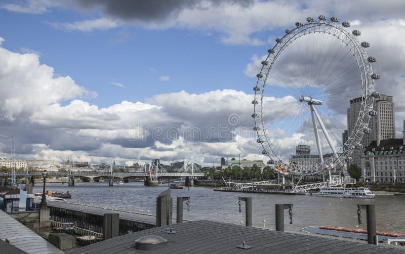 Die Themse, London, sonniger Tag und ein bewölkter Himmel - London Eye stockfotografie