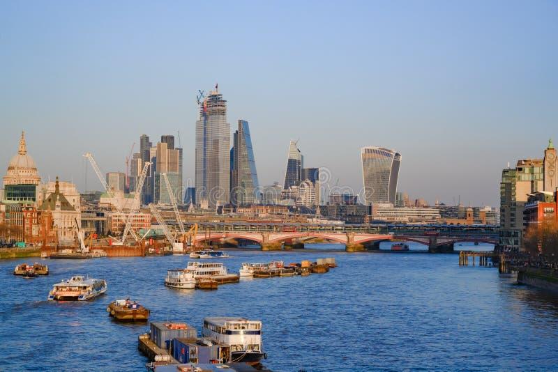 Die Themse mit Südufer, Stadt von London, England, Vereinigtes Königreich lizenzfreies stockfoto
