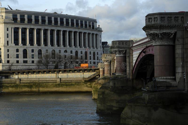 die Themse und Brückenbau lizenzfreie stockbilder