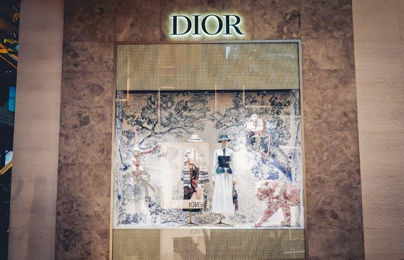 Die Tiere zeigen vor Dior Store an den Einkaufsviertelhaute couture-Marken an lizenzfreie stockbilder