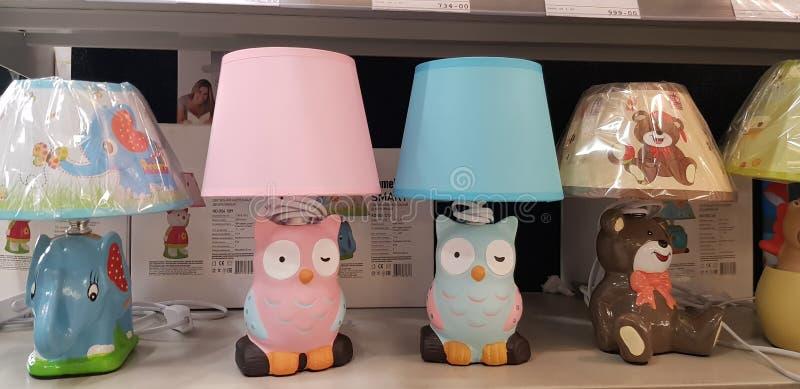 Die Tischlampen und die Lampen der Kinder im Speicher stockfotografie