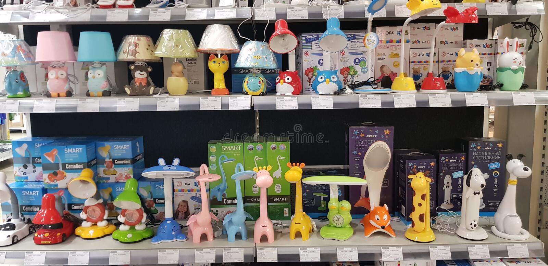 Die Tischlampen und die Lampen der Kinder im Speicher stockbilder