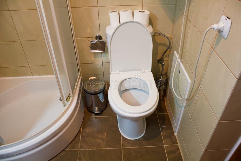 Die Toilette und die Dusche stockfoto