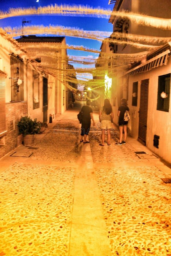Die Touristen, die auf die Straßen von Tabarca-Insel gehen, engalanated für die Festlichkeiten lizenzfreie stockfotos