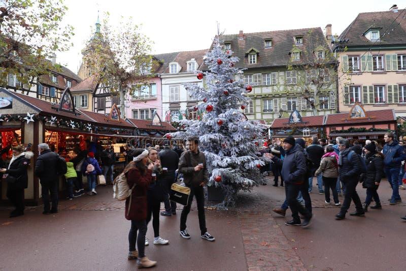 Die Touristen, die den Weihnachtsmarkt besuchen, lokalisierten historische Mitte in Colmar, Elsass, Frankreich stockfotografie