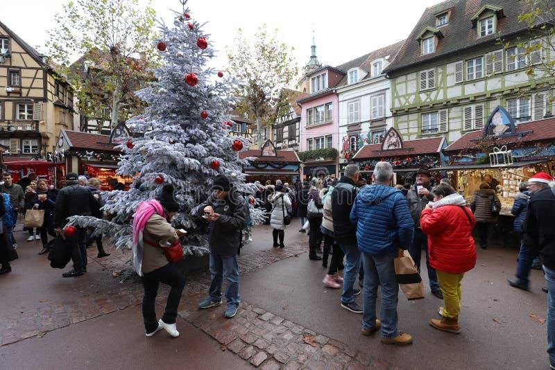 Die Touristen, die den Weihnachtsmarkt besuchen, lokalisierten historische Mitte in Colmar, Elsass, Frankreich lizenzfreie stockfotos