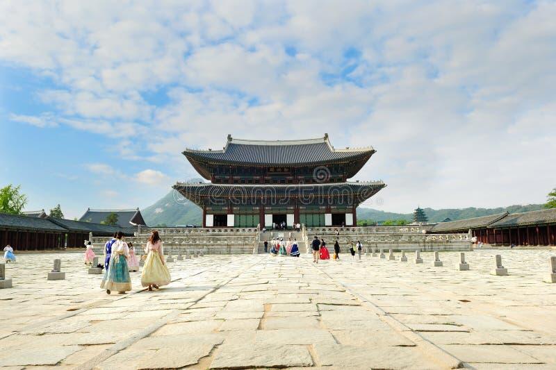 Die Touristen, die traditionellen Koreaner tragen, kleidet Hanbok stockbilder