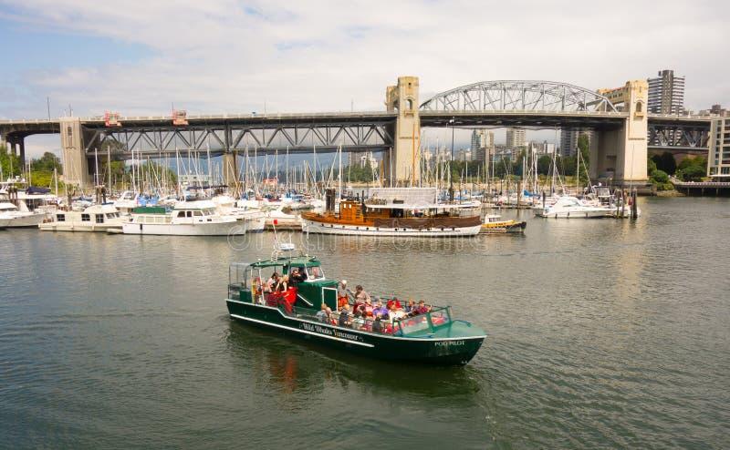 Die Touristen, die ein Boot nehmen, reiten durch Vancouver-` s Hafen stockfotografie