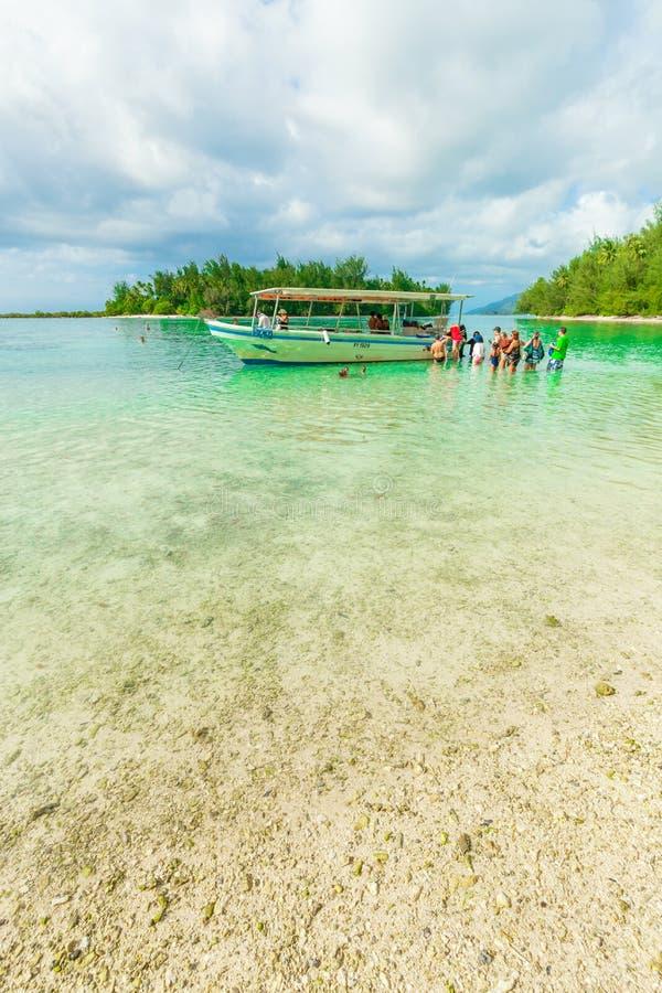 Die Touristen und das Boot in Moorae-Insel bei Tahiti PAPEETE, FRANZÖSISCH-POLYNESIEN lizenzfreie stockbilder