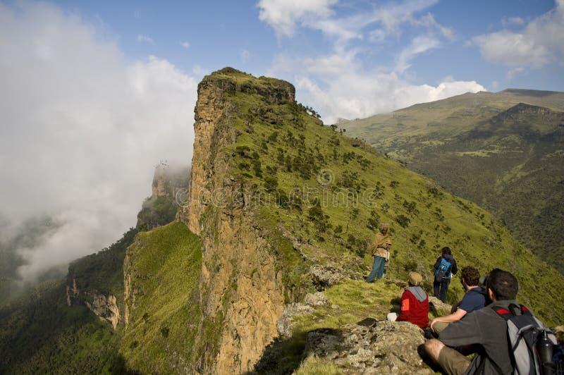Die Touristen, welche die Ansicht simien betrachten herein, Nationalpark, Äthiopien lizenzfreies stockfoto