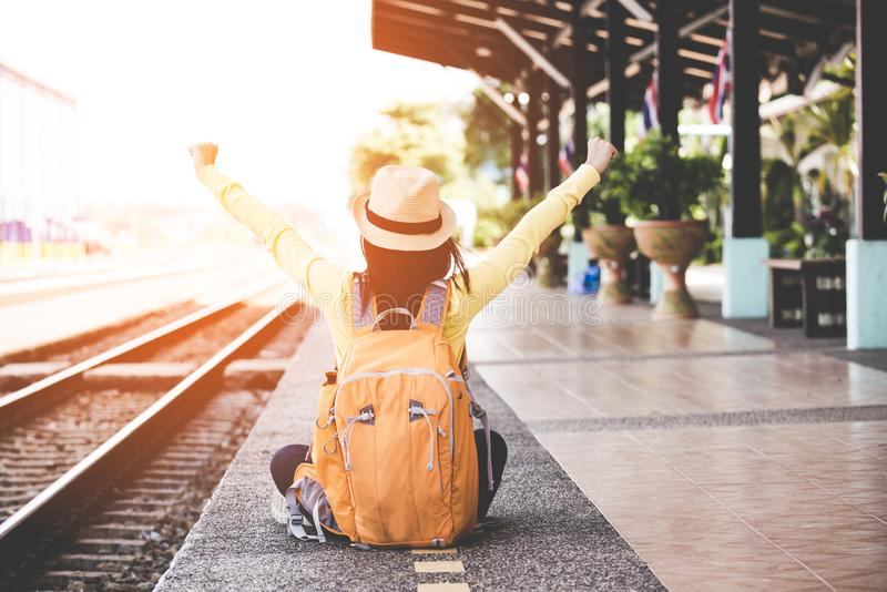 Die touristischen asiatischen Lebensstilfrauen, die den Rucksack hält Karte, den für die Aufwartung stationierenden, glücklichen  stockbild
