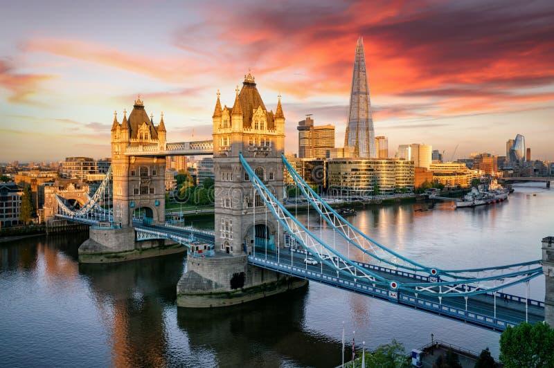 Die Tower Bridge von London und die Skyline entlang der Themse, Vereinigtes Königreich lizenzfreie stockbilder