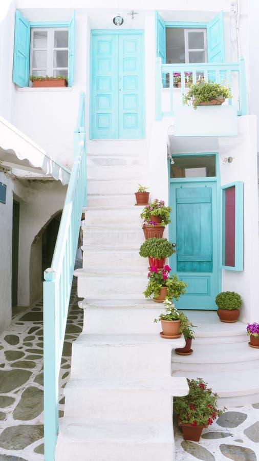 Die traditionelle Architektur der griechischen Stadt in den Kykladen lizenzfreie stockfotos