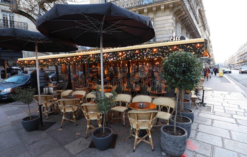 Die traditionelle französische Café Kassette verziert für Weihnachten Es fand in St- Germainbezirk in Paris, Frankreich stockfoto