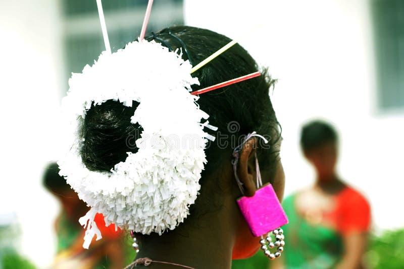 Die traditionelle Frisur des Volkskünstlers lizenzfreie stockbilder