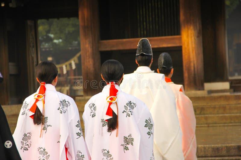 Die traditionelle Hochzeit in Meiji-Schrein Tokyo, Japan lizenzfreie stockfotos