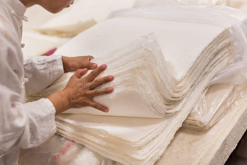 Die traditionelle Papierherstellung stockbild