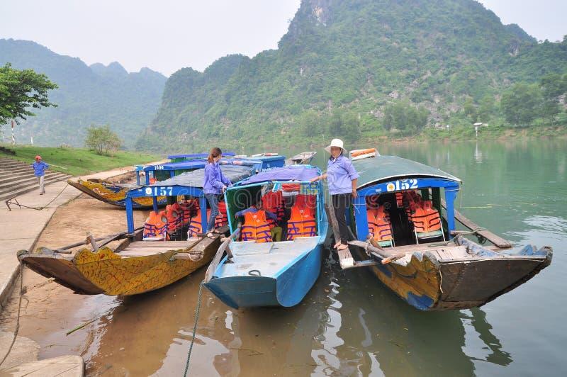 Die traditionellen lokalen Boote, die für Tourismus übertragen werden, machen an Wartereisenden eines Piers fest lizenzfreie stockfotografie