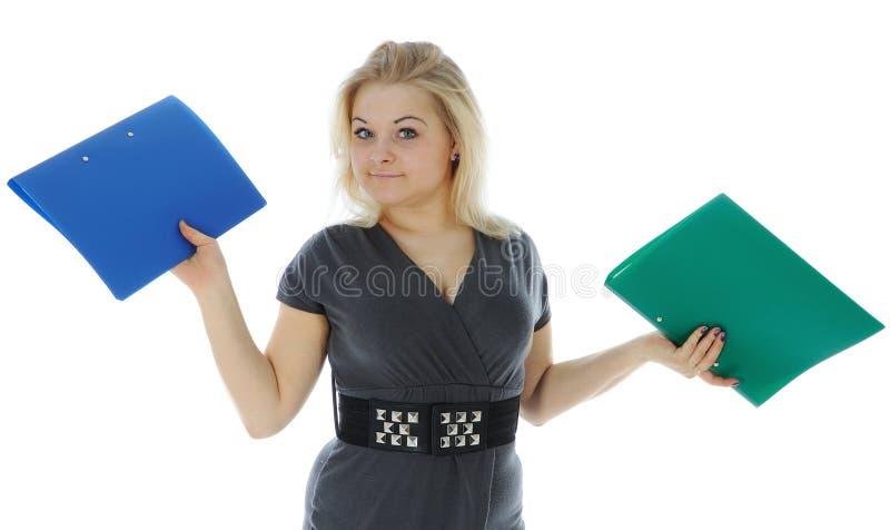 Die tragenden Faltblätter der jungen Frau stockfotografie