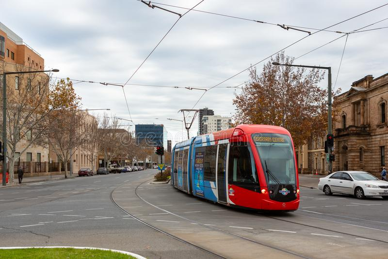 Die Tram, die entlang König William Street in Adelaide-Süd-aus läuft stockfoto
