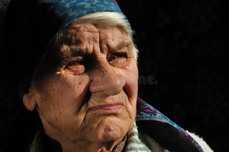 Die traurige, alte Frau, weg schauend lizenzfreie stockbilder