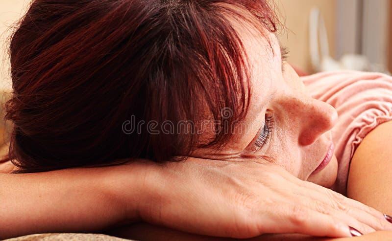 Die traurige Frau stockfotografie