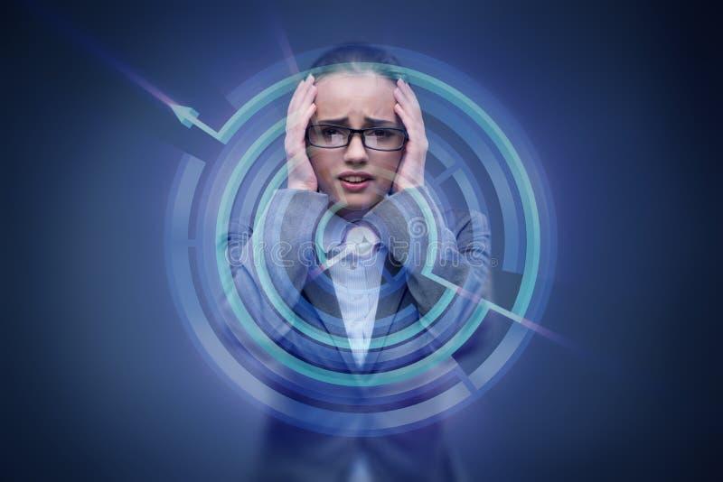 Die traurige Geschäftsfrau verloren im Labyrinth lizenzfreies stockfoto