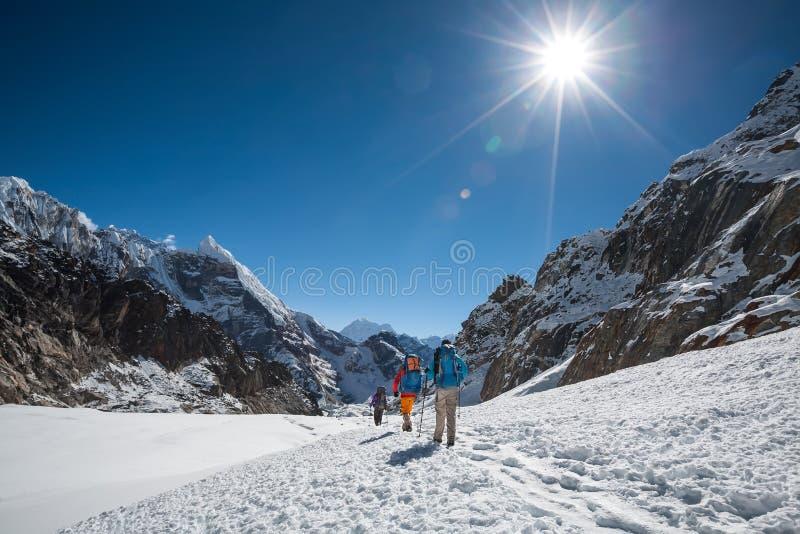 Die Trekkers, die Cho La kreuzen, überschreiten in Everest-Region, Nepal stockfoto