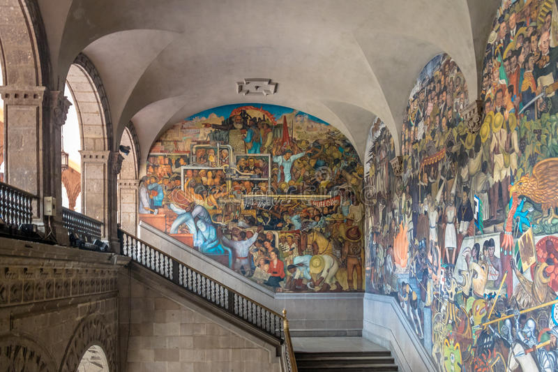 Die Treppe des nationalen Palastes mit dem berühmten Wandklassenkampf und der Geschichte von Mexiko durch Diego Rivera - Mexiko C lizenzfreies stockbild