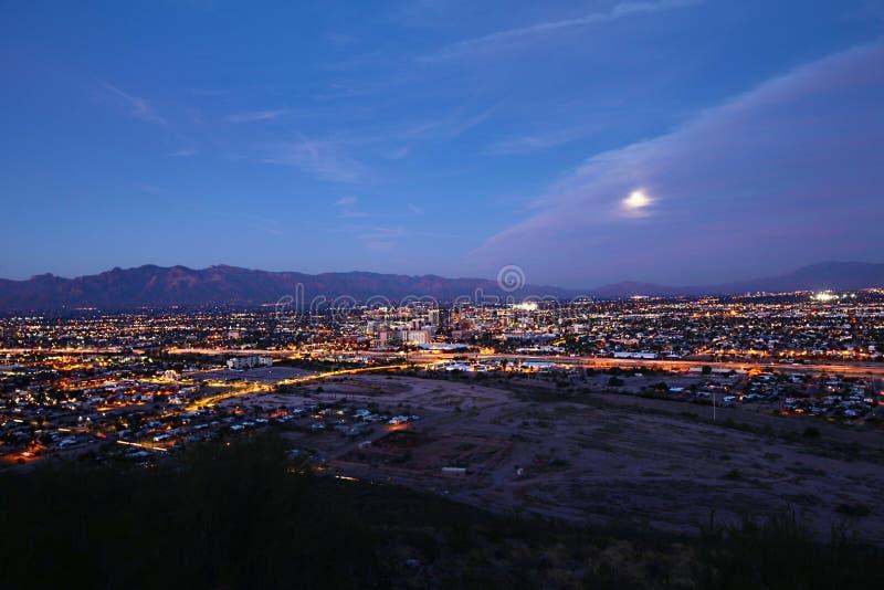 Die Tucson-Skyline nachts lizenzfreies stockfoto