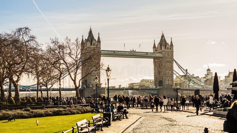 Die Turm-Brückenansicht mit Touristen stockfotos