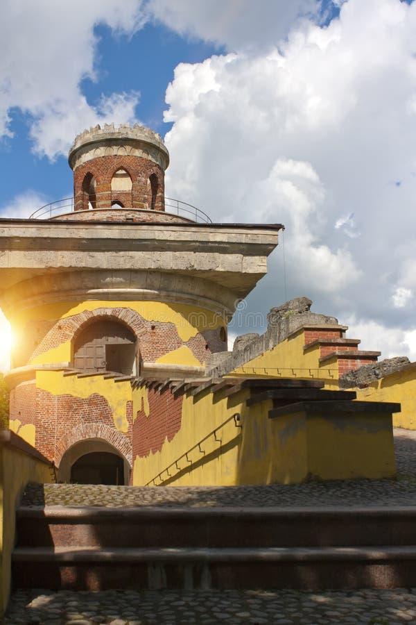 Die Turm-Ruine, 18. Jahrhundert Tsarskoye Selo ist ein ehemaliger russischer Wohnsitz der Kaiserfamilie und des Besuchsadels 24 K lizenzfreie stockbilder