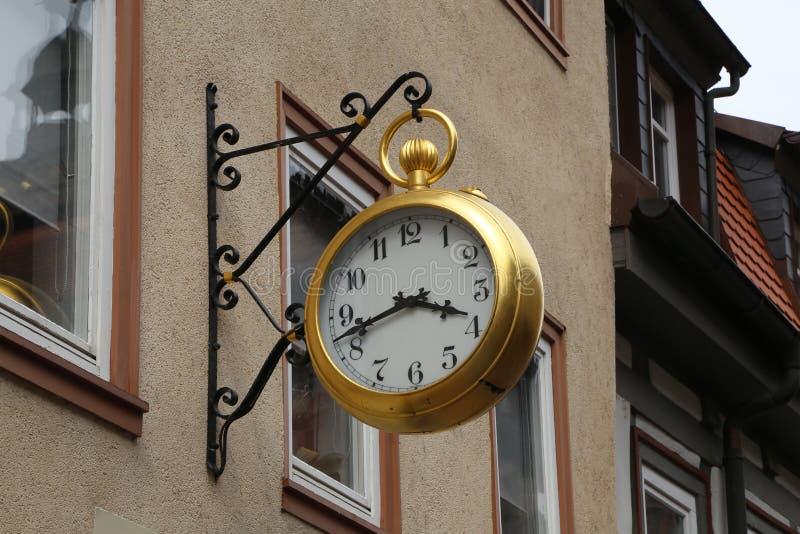 Die Uhr auf den Straßen stockbild