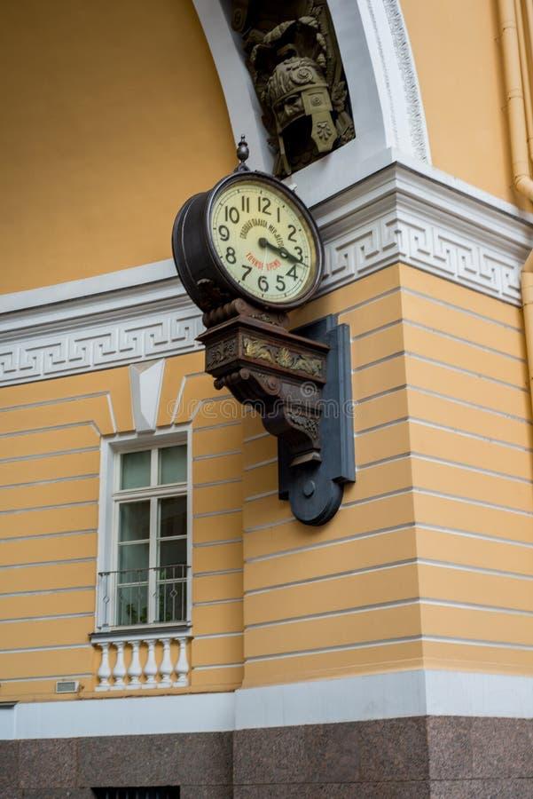 Die Uhr auf der Straße lizenzfreie stockfotografie