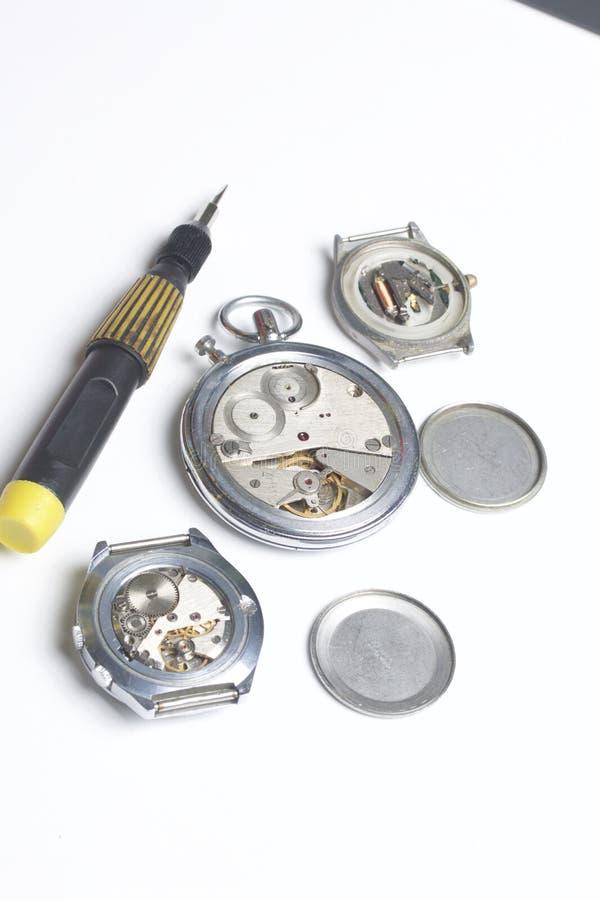 Die Uhrwerkstatt Reparatur von alten Uhren lizenzfreie stockbilder