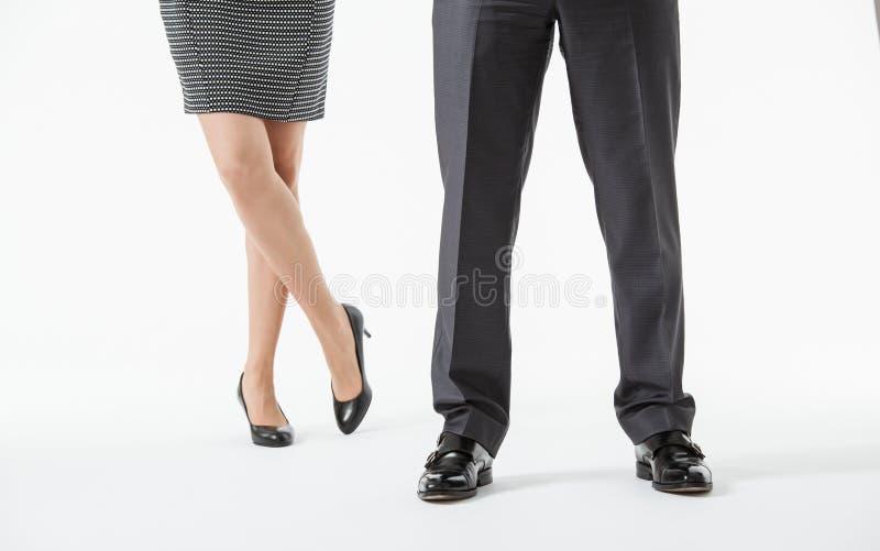 Die unerkennbaren Beine der Geschäftsleute lizenzfreie stockbilder