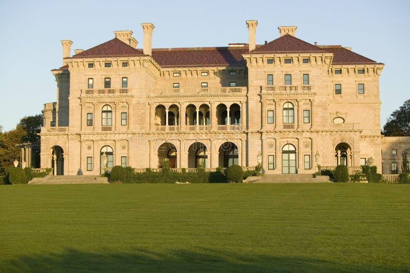 Die Unterbrecher, errichtet von Cornelius Vanderbilt des vergoldeten Alters, wie auf Cliff Walk gesehen, Cliffside-Villen von New lizenzfreie stockbilder