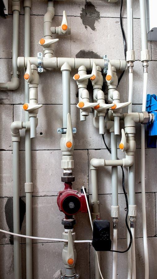Die Unterseite des Kessels wird mit Verbindung zur Zentralheizung und zum Heißwasser geschlossen stockfotografie