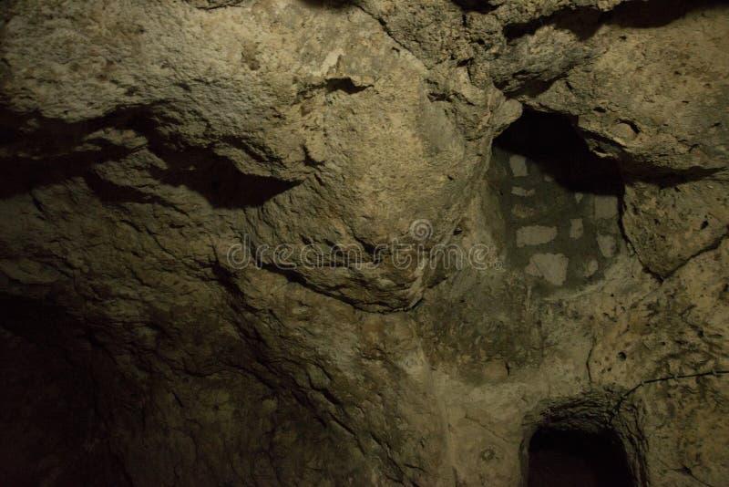 Die Untertagestadt Derinkuyu ist eine alte mehrstufige Höhlenstadt in Cappadocia, die Türkei Grüner Ausflug lizenzfreies stockbild