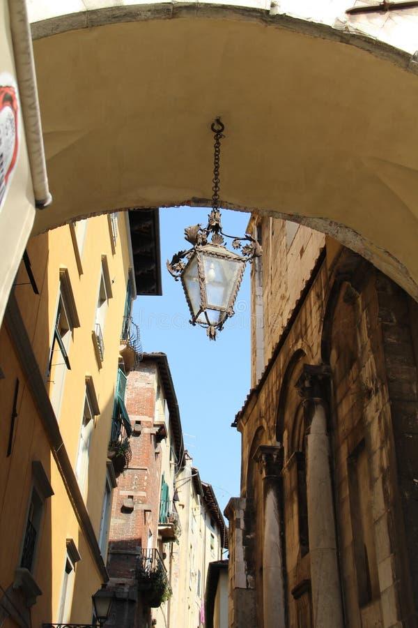 Die ursprüngliche Laterne auf der Kette im Torbogen des Hauses in Lucca, Italien lizenzfreies stockbild