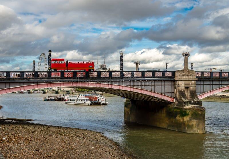 Die Vauxhall-Brücke in London stockfotos