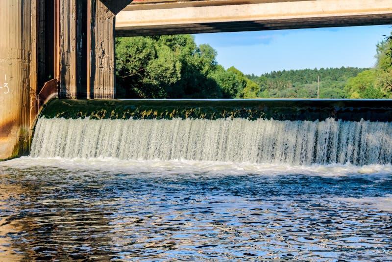 Die Verdammung auf dem Protva-Fluss lizenzfreie stockfotografie