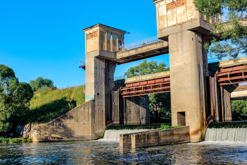 Die Verdammung auf dem Protva-Fluss stockfotografie