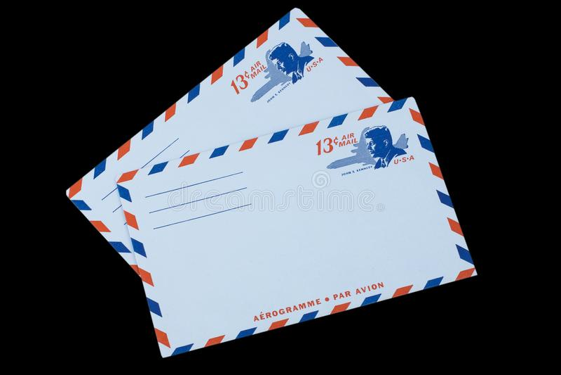 DIE VEREINIGTEN STAATEN VON AMERIKA - CIRCA 1968: Ein alter Umschlag für Luftpost mit einem Porträt von John F kennedy stockbild