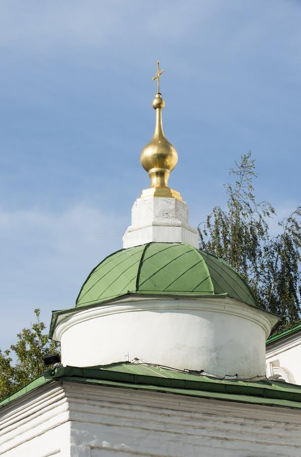 Die vergoldete Haube von einem der Klostertürme in der Stadt stockfotos