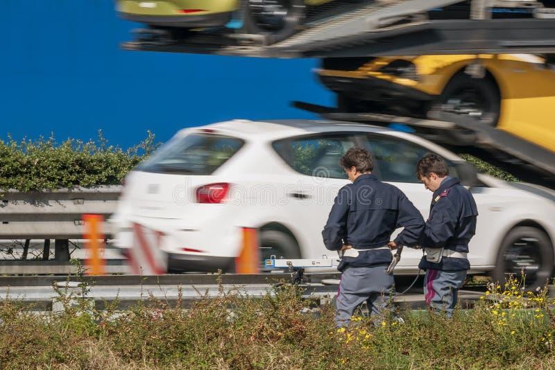 Die Verkehrspolizeikontrolle die Geschwindigkeit von Fahrzeugen auf der Seite der Landstraße mit einer Geschwindigkeitskamera lizenzfreie stockbilder