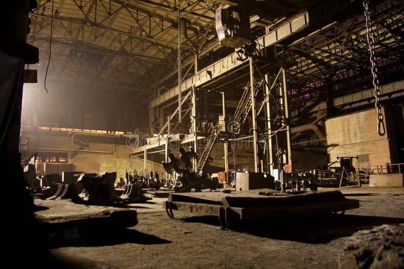 Die verlassene Dunkelheit verrostete ruinierter industrieller Innenraum nachts Voronezh-Baggeranlage stockfotos