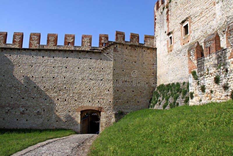 Die verstärkten Wände eines italienischen Schlosses lizenzfreies stockbild