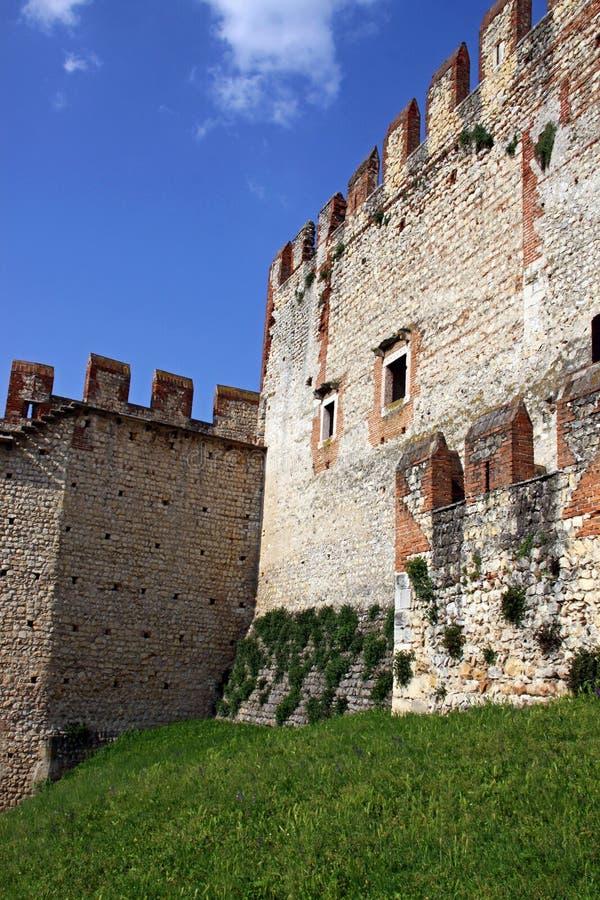 Die verstärkten Wände eines italienischen Schlosses lizenzfreie stockbilder