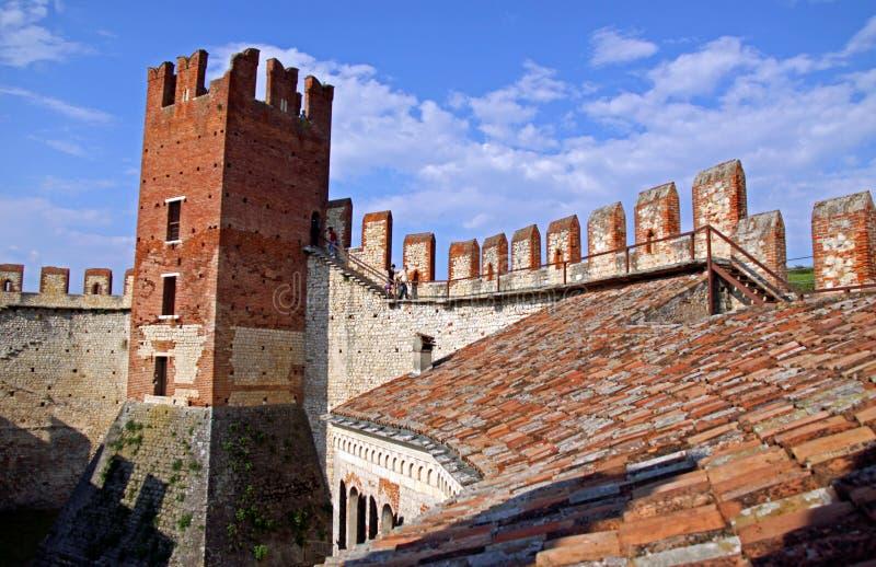 Die verstärkten Wände eines italienischen Schlosses stockfotografie